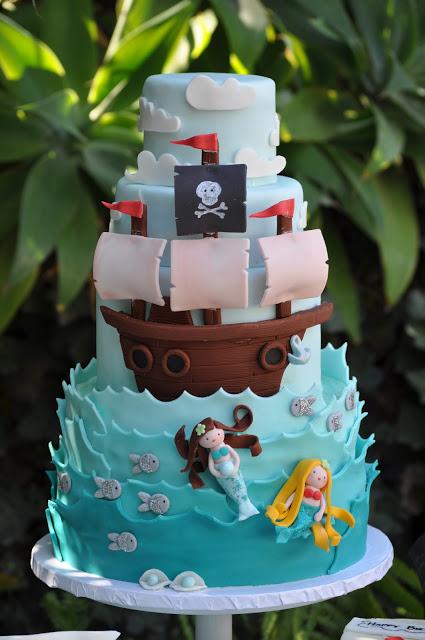 pirate et sirene sur fond de mer bleue