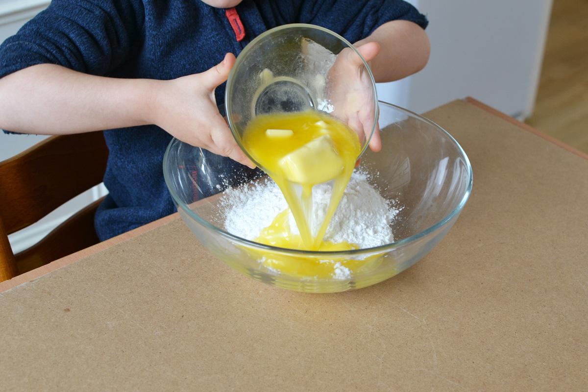 ajouter le beurre au sucre glace